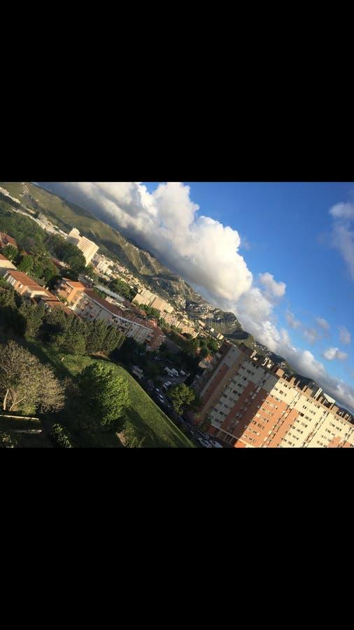 Härliga kullar med moln arkivfoton