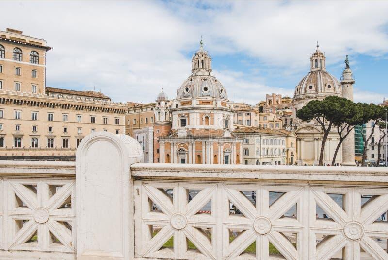 härliga kupoler av den Santa Maria di Loreto kyrkan som ses från den Altare dellaen Patria (altaret av fäderneslandet) på Rome arkivbild