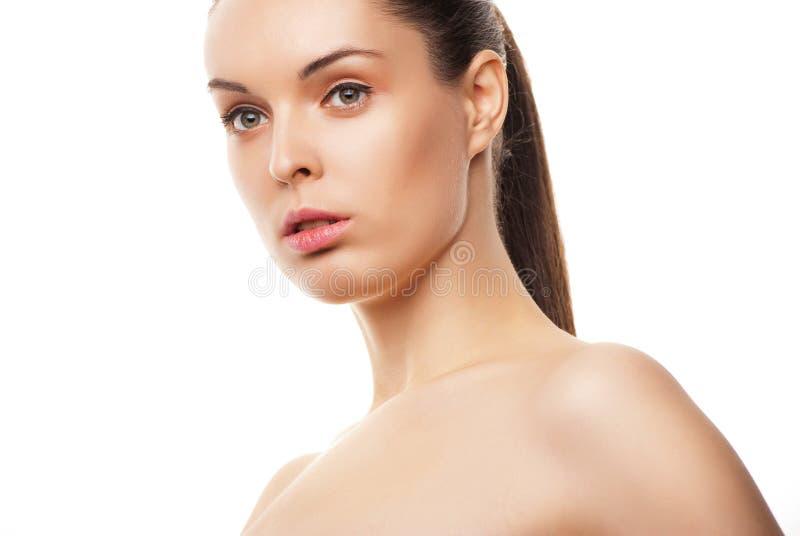 Härliga kvinna framsida med clean hud på white royaltyfri fotografi