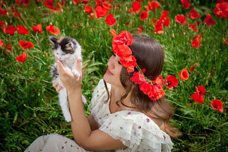 Härliga kvinnalekar med en kattunge arkivfoton