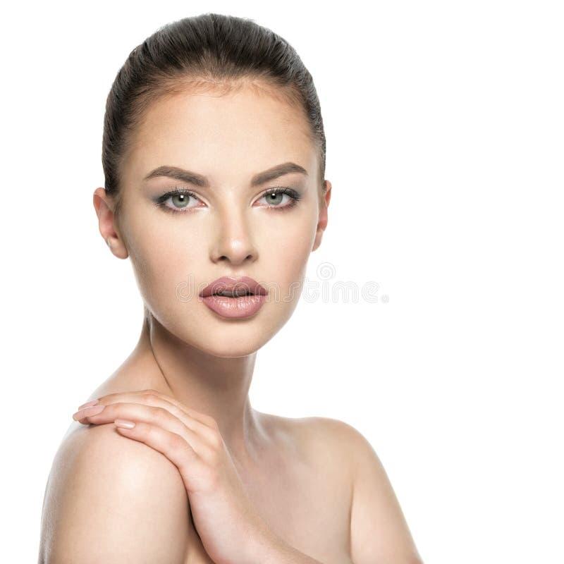 Härliga kvinnaomsorger för huden vänder mot - isolerat på vit royaltyfria foton