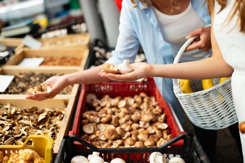 Härliga kvinnashoppinggrönsaker och frukter på marknaden fotografering för bildbyråer