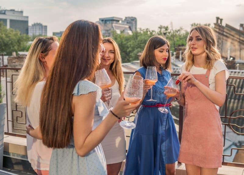 Härliga kvinnavänner som har gyckel på ungmöpartiet royaltyfri bild