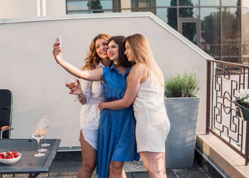 Härliga kvinnavänner som har gyckel på ungmöpartiet arkivfoton