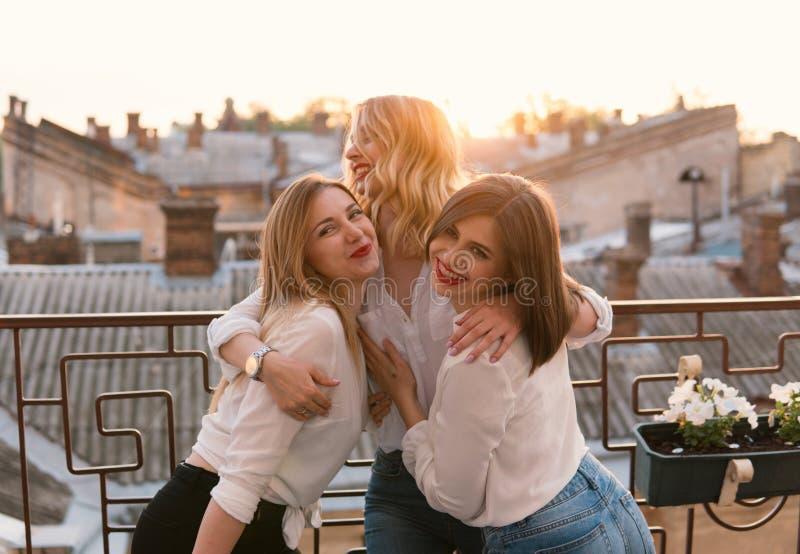 Härliga kvinnavänner som har gyckel på ungmöpartiet arkivbilder