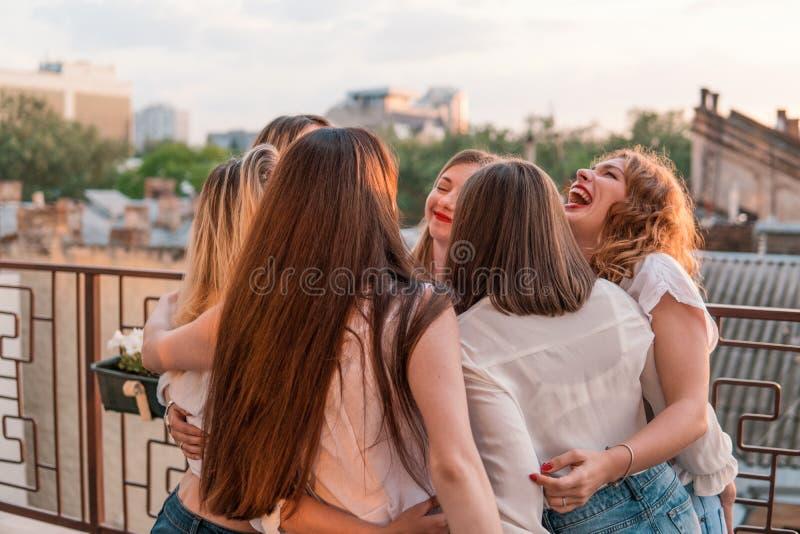 Härliga kvinnavänner som har gyckel på ungmöpartiet royaltyfri fotografi