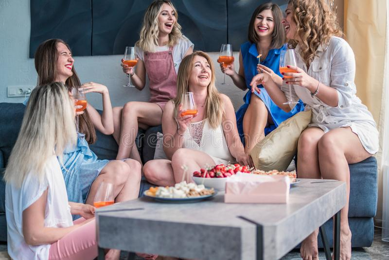 Härliga kvinnavänner som har gyckel på ungmöpartiet fotografering för bildbyråer