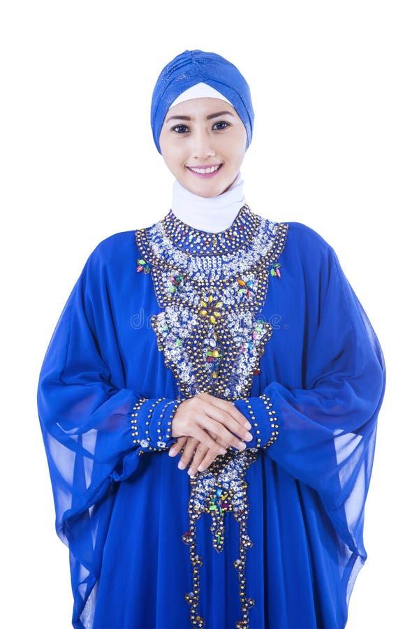 Härliga kvinnliga muslim som isoleras på vit royaltyfri fotografi