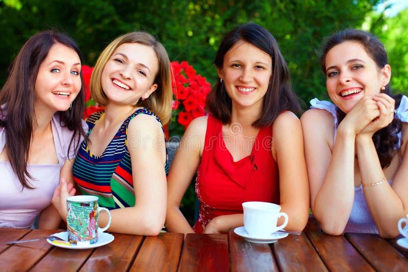 Härliga kvinnliga vänner i sommarkafé arkivbilder