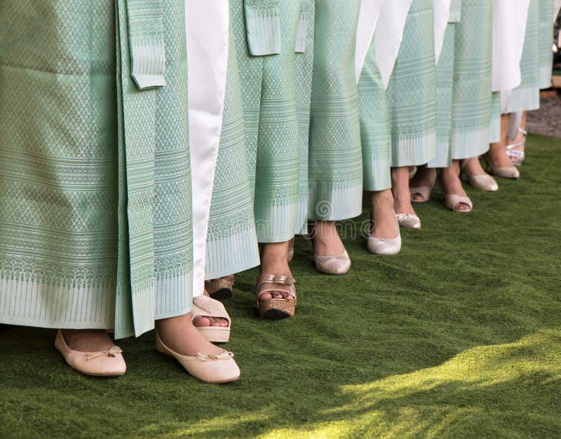 Härliga kvinnligben som bär en sarong royaltyfria bilder