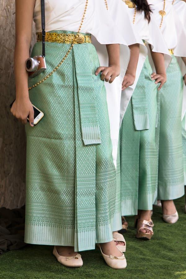 Härliga kvinnligben som bär en sarong royaltyfri foto