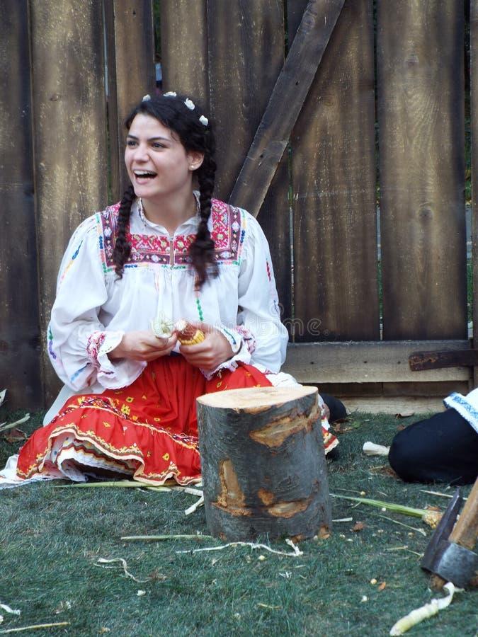 Härliga kvinnor i romanian lantlig kläder royaltyfria bilder