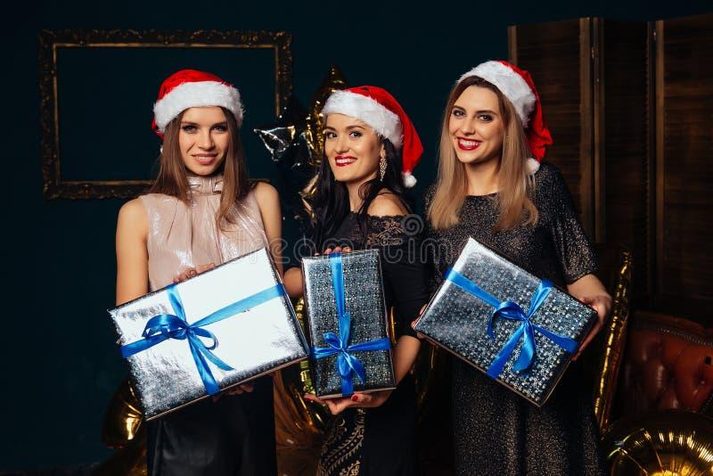 Härliga kvinnor med julgåvor royaltyfria foton