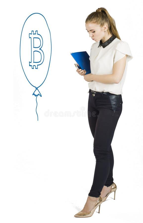 Härliga kvinnor som står över vit bakgrund med bitcoin, skissar och samtal Faktiskt pengarbegrepp Cryptocurrency arkivbilder