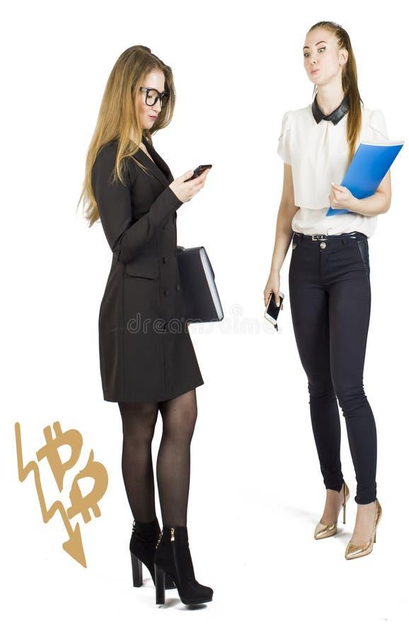 Härliga kvinnor som står över vit bakgrund med bitcoin, skissar och samtal Faktiskt pengarbegrepp Cryptocurrency fotografering för bildbyråer