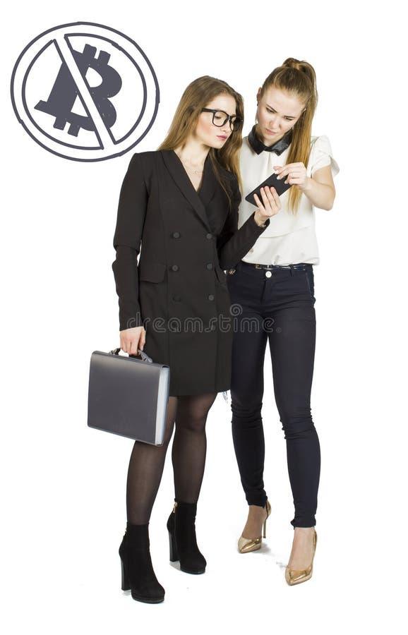 Härliga kvinnor som står över vit bakgrund med bitcoin, skissar och samtal Faktiskt pengarbegrepp Cryptocurrency arkivfoton