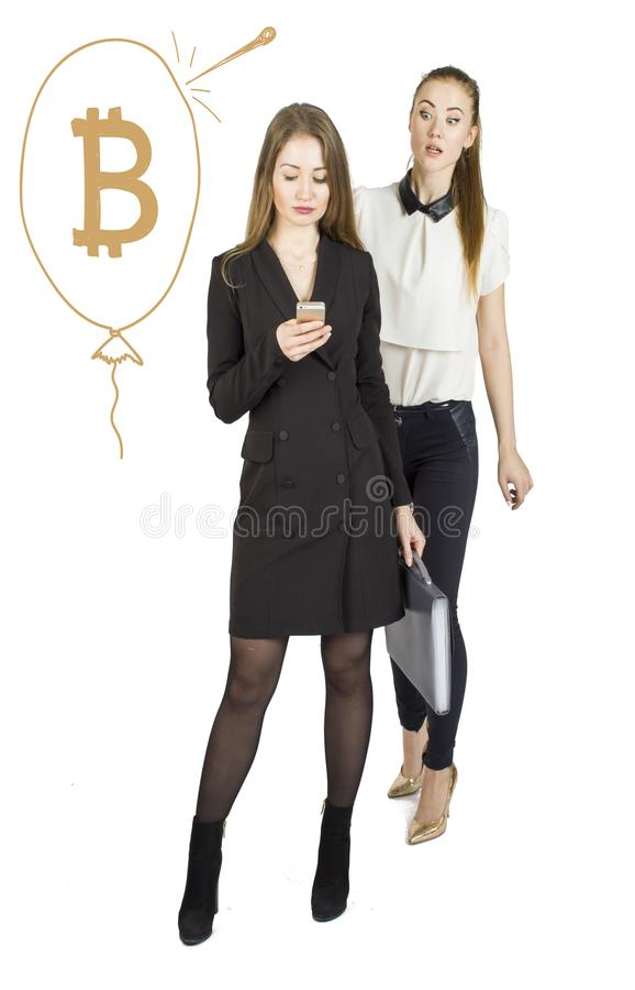 Härliga kvinnor som står över vit bakgrund med bitcoin, skissar och samtal Faktiskt pengarbegrepp Cryptocurrency royaltyfri foto