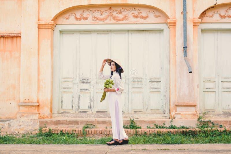 Härliga kvinnor Vietnam med klänningen för vitao dai royaltyfri fotografi