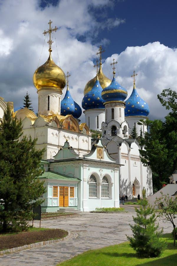 Härliga kyrkor av Sten Sergius Lavra för helig Treenighet royaltyfri fotografi