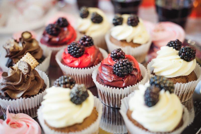 Härliga läckra kakor konfektcurry på ett festligt parti många söta muffin på ett magasin fotografering för bildbyråer