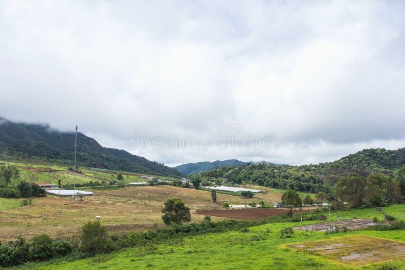 Härliga landskapberg på dendriftstopp byn royaltyfri bild