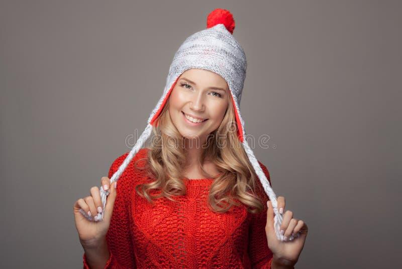 Härliga le bärande vinterkläder för kvinna arkivbilder