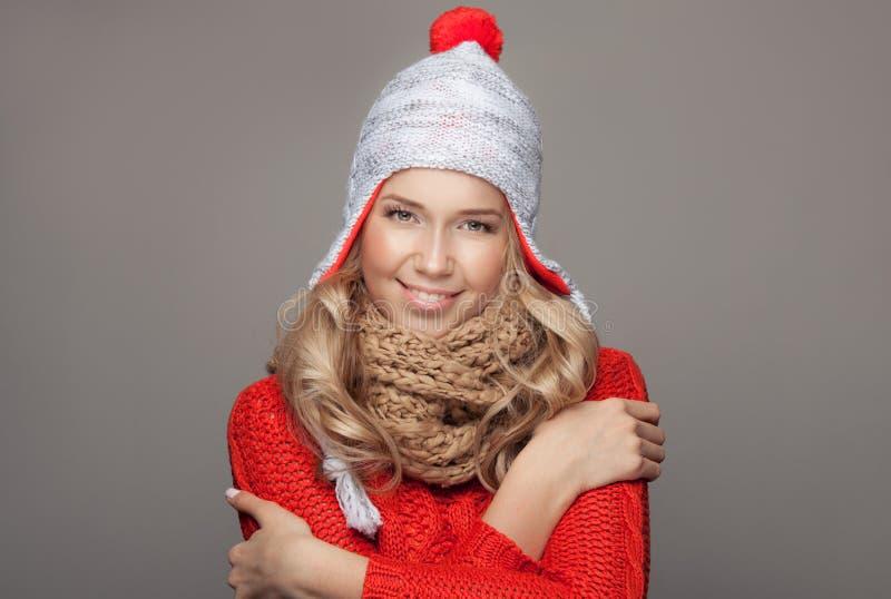 Härliga le bärande vinterkläder för kvinna royaltyfri foto