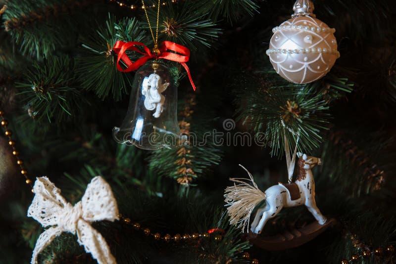 Härliga leksaker och gåvor på julgranen Begrepp av det lyckliga nya året fotografering för bildbyråer