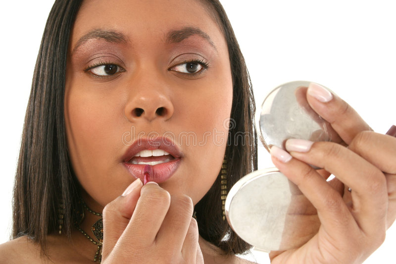härliga lipgloss för afrikansk amerikan som sätter kvinnan royaltyfri fotografi