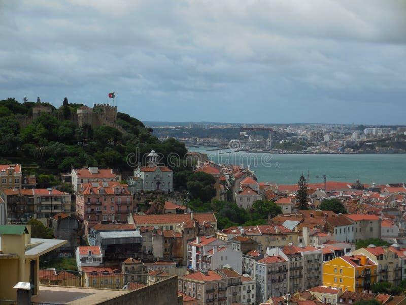 Härliga Lissabon i molnig dag arkivbilder