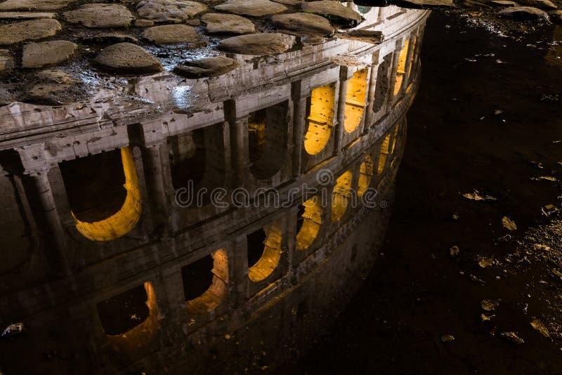 Härliga ljus för natt för Colosseum Rome Italien reflexionsvatten royaltyfria foton