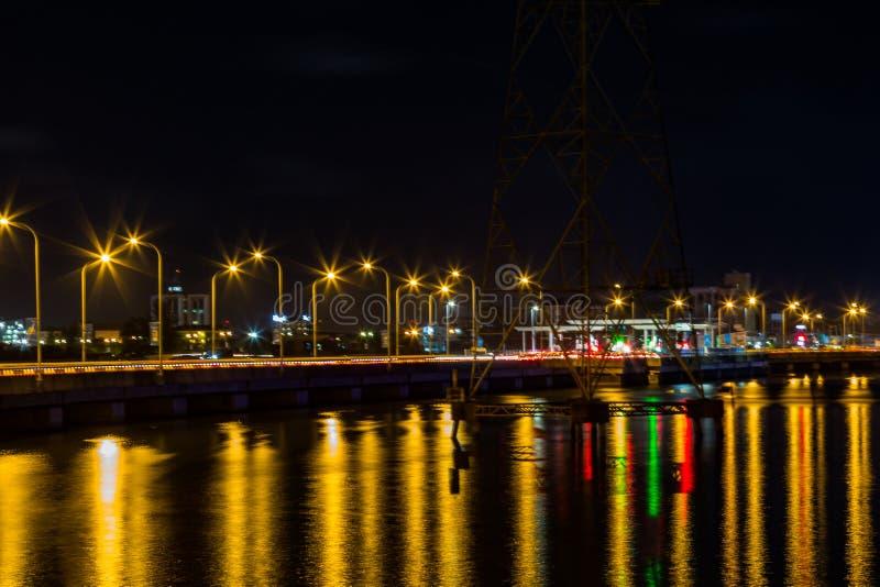 Härliga ljusa reflexioner från Ikoyi överbryggar Lagos Nigeria på natten royaltyfri foto