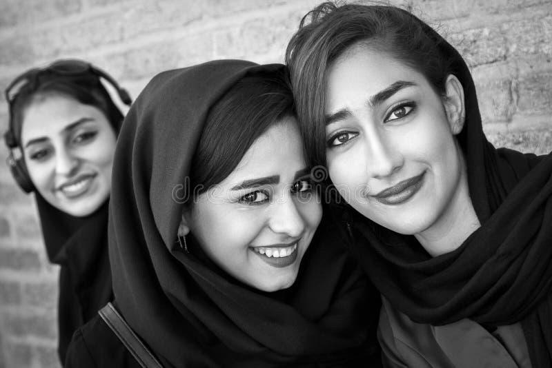 Härliga lokala flickor som ler på den gamla bron i Esfahan Monokromt foto arkivfoto