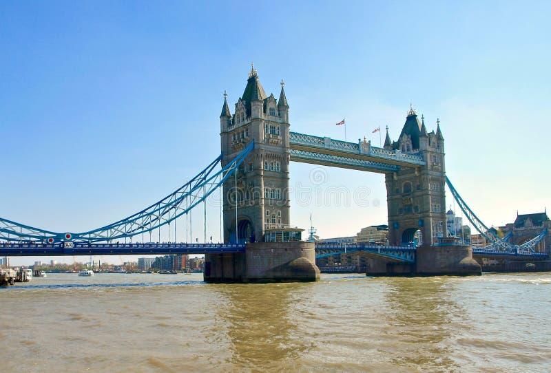 Härliga London som ses under en stad, turnerar längs Thames River och berömd arkitektur royaltyfri foto