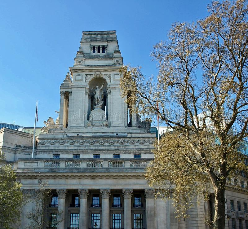 Härliga London som ses under en stad, turnerar längs Thames River och berömd arkitektur royaltyfria bilder