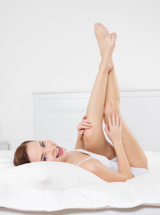 härliga lyckliga ben som ler kvinnabarn fotografering för bildbyråer