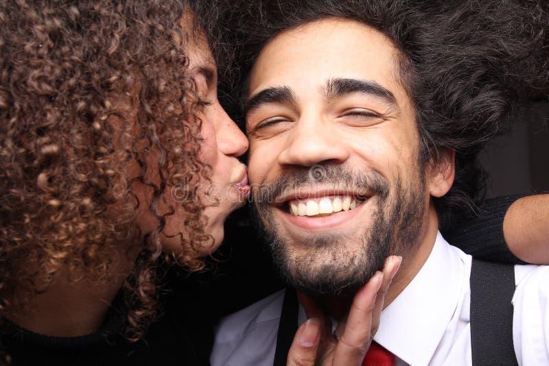 Härliga lyckliga förälskelsepar framme av en bakgrund arkivfoto