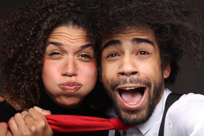Härliga lyckliga förälskelsepar framme av en bakgrund arkivfoton