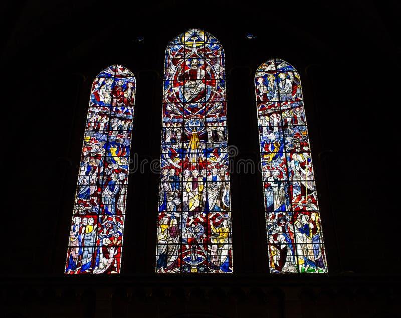 Härliga målat glassfönster i kyrka Forntida domkyrkagarnering Färgrika målat glassfönster på mörk bakgrund royaltyfri bild
