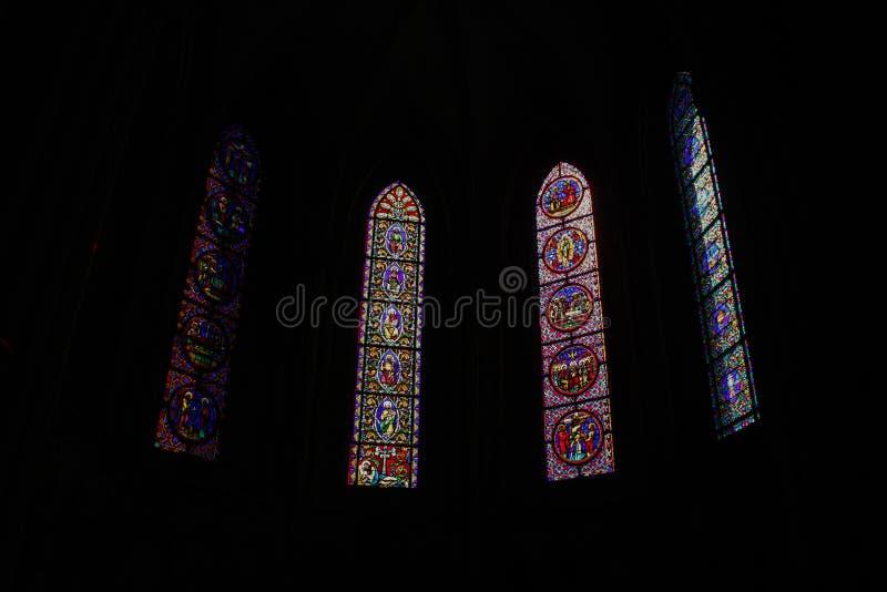 Härliga mång--färgade målat glassfönster i den huvudsakliga gotiska domkyrkan av Rouen den norr damen arkivbild