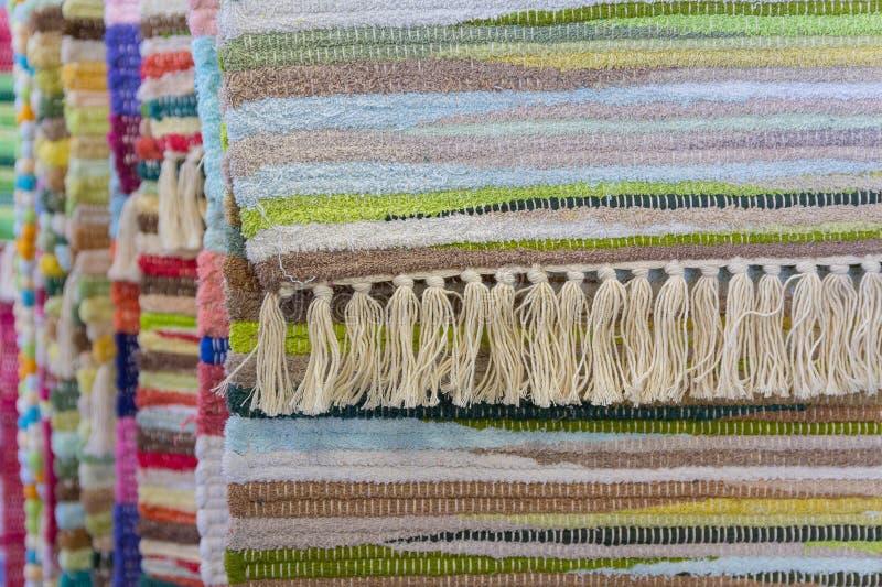 Härliga mång--färgade mattor som i rad hänger arkivfoton
