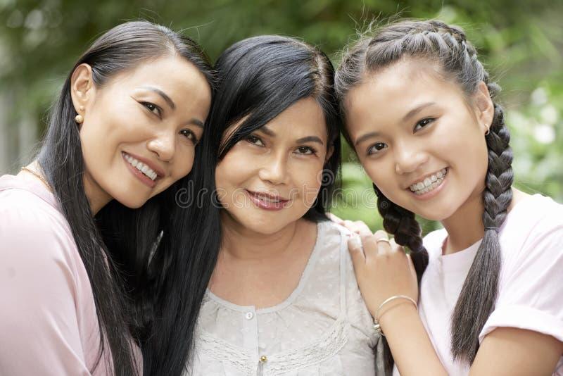 Härliga mång--generationsbundna kvinnor som ser kameran arkivfoto