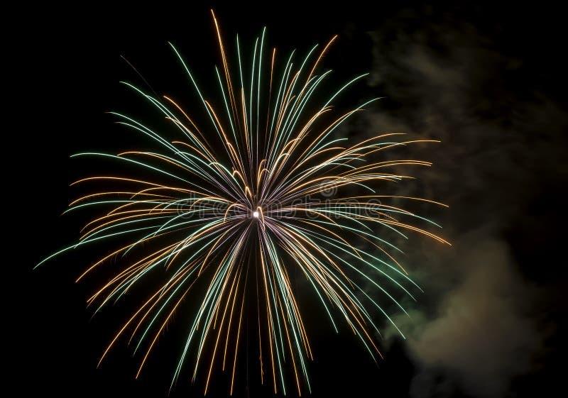 Härliga mångfärgade fyrverkerier mot en natthimmel under en festlig beröm arkivbild
