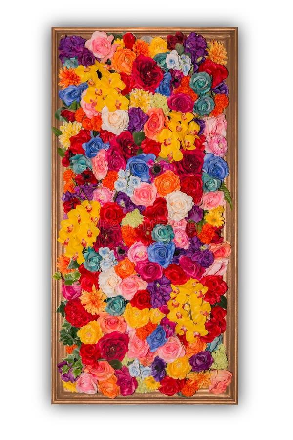 Härliga mångfärgade konstgjorda blommor i träramisolat royaltyfria bilder