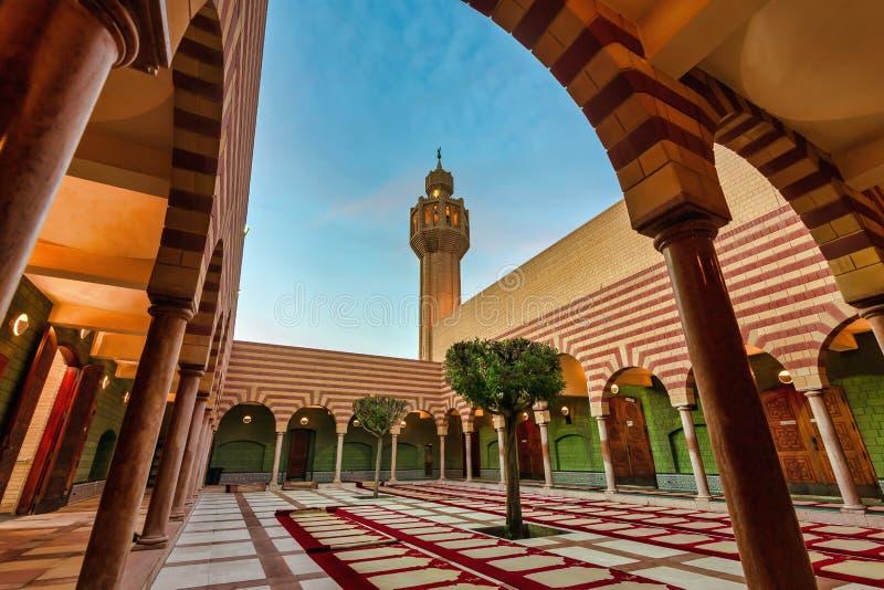 Härliga Masjid i Dammam inom sikt Stad Dammam, Saudiarabien arkivbilder