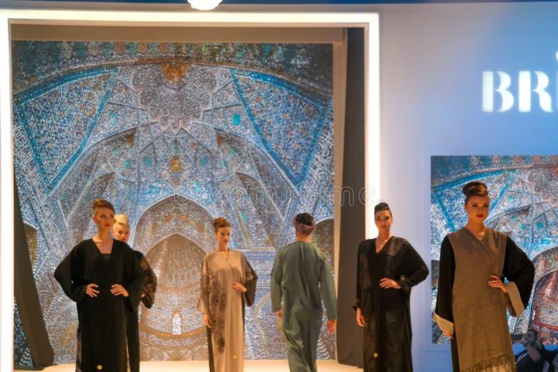 Härliga modeller som poserar catwalken på etappen som visar traditionellt arabiskt östligt bröllop och brud- klänningar royaltyfri fotografi