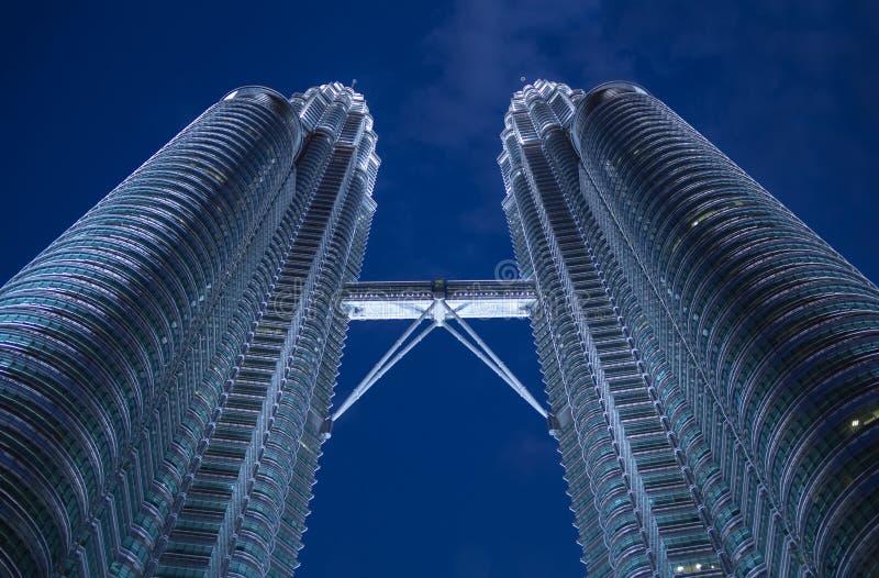 Härliga moderna skyskrapor i mörkret arkivbild