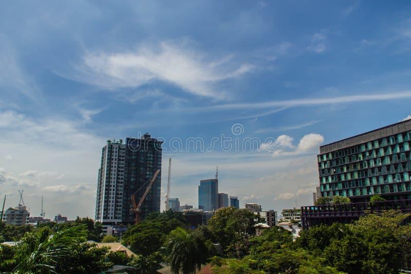 Härliga moln över den Bangkok staden Färgrik blå himmel för exotisk horisontstadssommar med stads- byggnads- och molnsolnedgång f royaltyfri bild