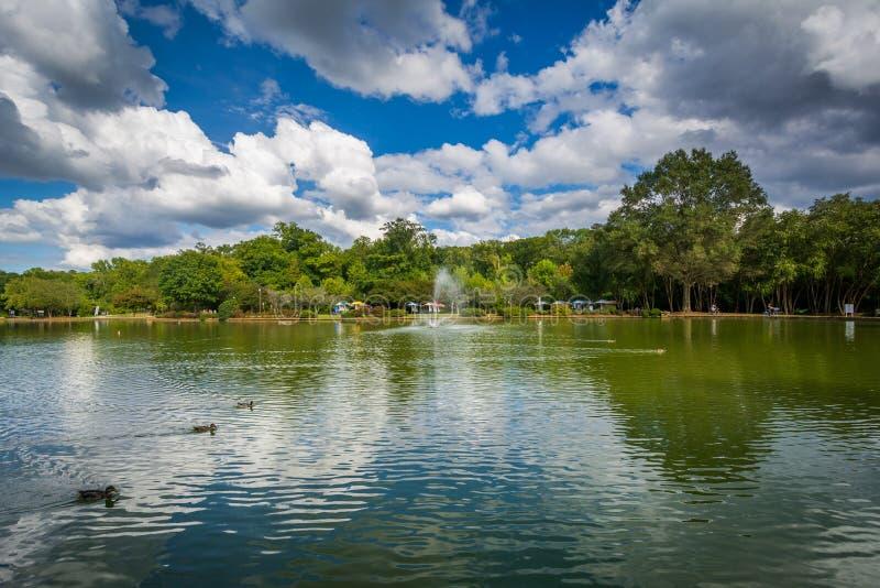 Härliga moln över sjön på frihet parkerar, i Charlotte, inte arkivbilder