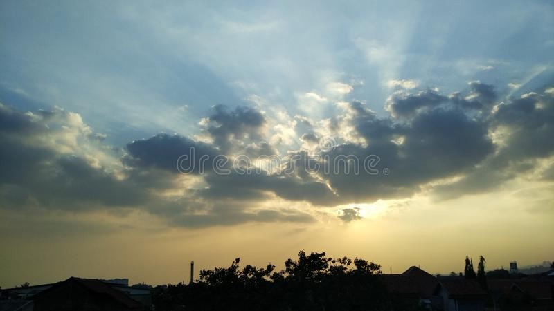 Härliga moln för solnedgång i aftonen arkivfoto